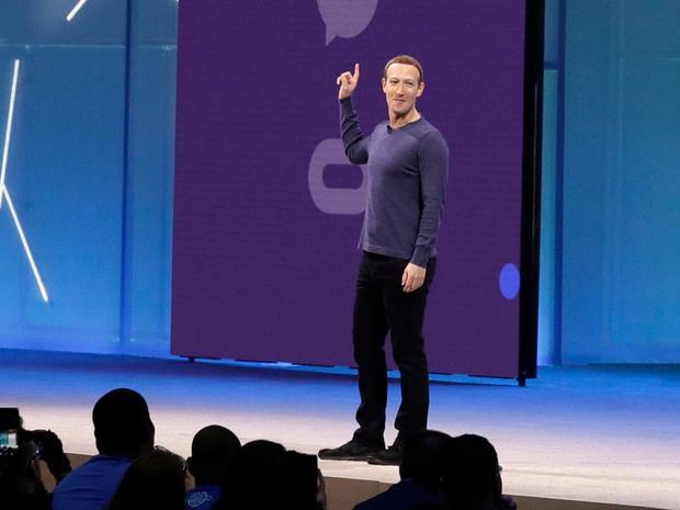 Xuất hiện gần đây nhất tại sự kiện F8, CEO Facebook Mark Zuckerberg đã thay đổi phong cách thời trang đặc trưng với áo phông xám quen thuộc bằng áo thun dài tay sáng màu hơn.