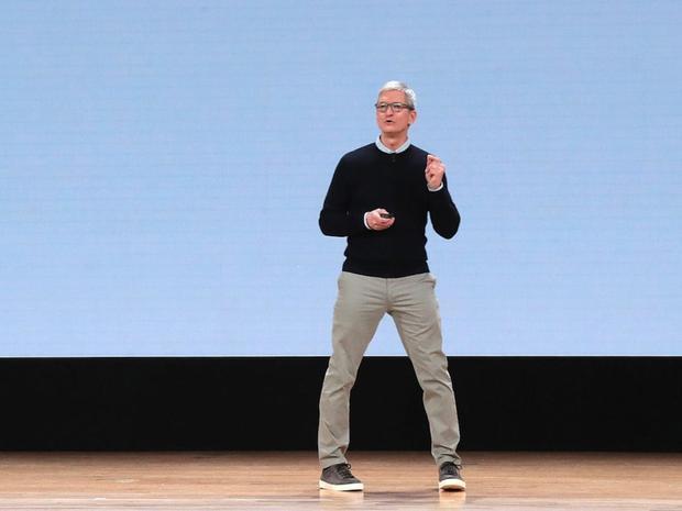 Để áp dụng phong cách thời trang giống Tim Cook, CEO của Apple, bạn cần chọn chiếc quần chinos và một chiếc áo len cùng đôi giày thể thao thoải mái, thời trang.