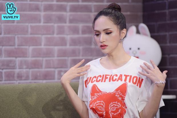 """Hương Giang vui vẻ """"đáp trả"""" những câu hỏi xoáy cực xoáy của 2 MC Khả Như và Toof.P."""