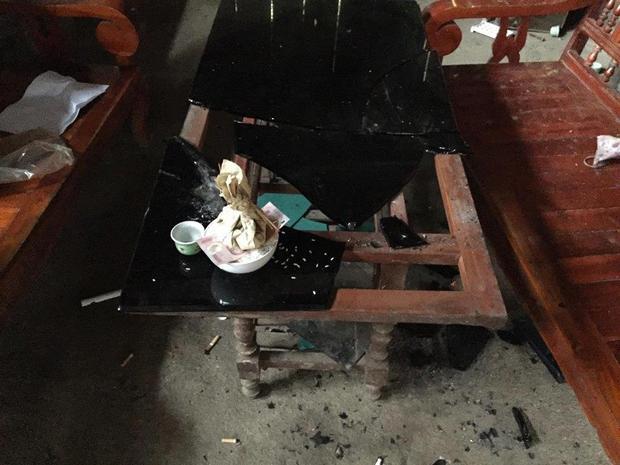 Chiếc bàn ở phòng khách bị chém tan tành.