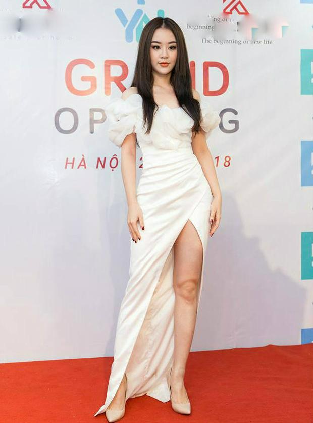 Chiếc đầm trắng có phần ngực váy được thiết kế cách điệu khoe vòng một gợi cảm cùng phần xẻ tà khoe chân dài gợi cảm được Hoàng Hải Thu diện trong một sự kiện hồi cuối tháng 4.