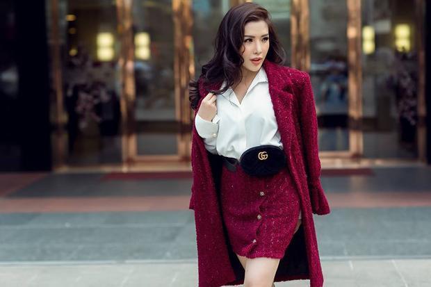"""Á hậu nổi bật với set đồ """"chuẩn hiệu"""" với phụ kiện belt bag của Gucci và giầy đinh tán đế đỏ của thương hiệu Louboutin."""
