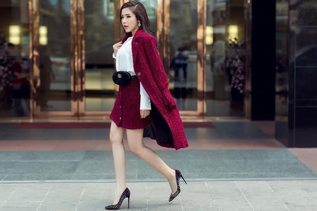 Chiếc đầm đỏ tweet tôn lên thần thái sang trọng và vẻ đẹp trẻ trung của Khánh Phương.