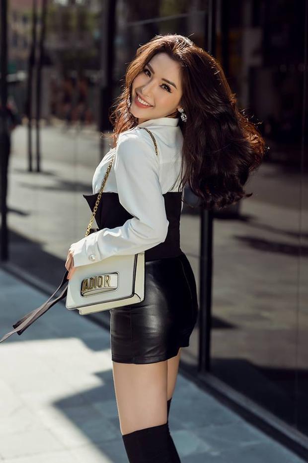 Diện áo sơ mi phối cùng chân váy da sexy, set đồ hoàn hảo của mọi cô gái được Khánh Phương nâng tầm khi phối cùng túi xách 70 triệu của Dior và boot cao quá gối.