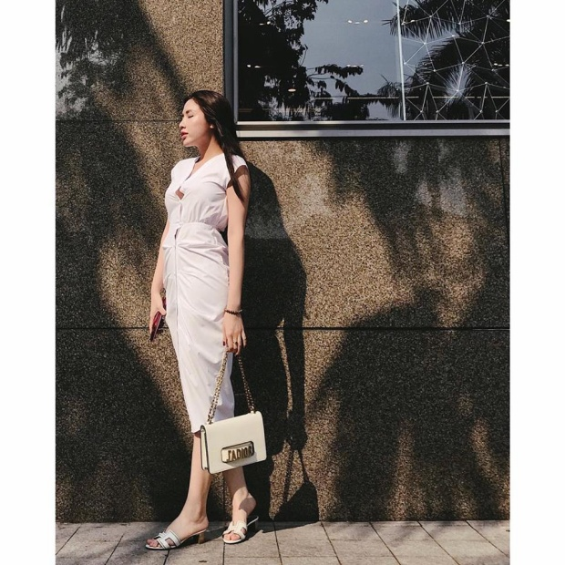 Hoa hậu vòng ba một mét xuất hiện thanh lịch với set đồ toàn hàng hiệu. Váy Chanel, case điện thoại Louis Vuitton, dép Hermes và chiếc túi Dior làm điểm nhấn.
