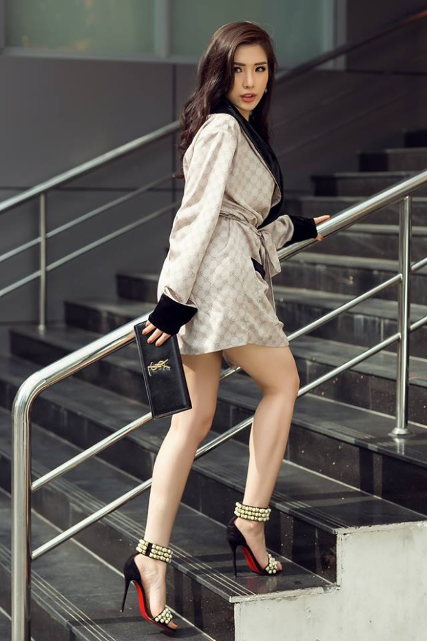 Khánh Phương thường chọn những trang phục sang trọng, cô từng khéo léo kết hợp giày và túi xách từ nhãn hiệu Saint Laurent để bộ cánh được trở nên hoàn hảo.