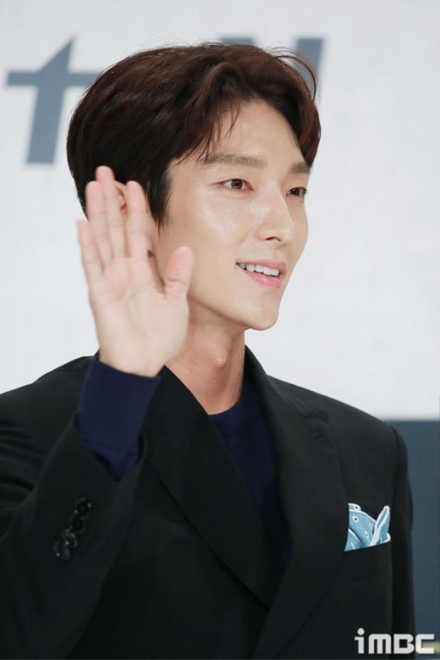Họp báo Lawless Lawyer: Lee Jun Ki cùng dàn diễn viên cúi đầu, quỳ gối, nằm dài trên sân khấu chào fan
