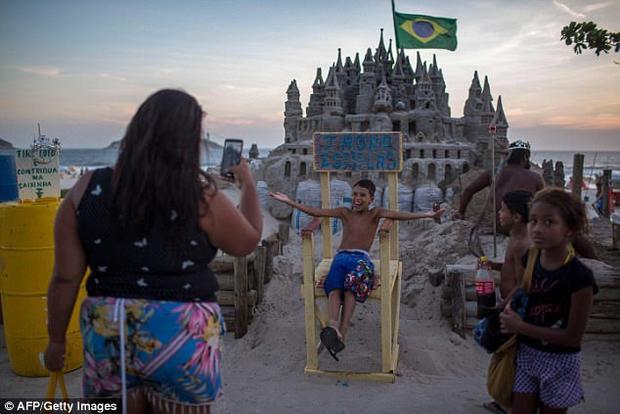 Khách du lịch thích thú chụp ảnh với lâu đài.