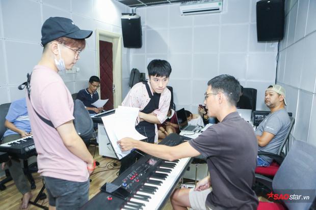 Thể theo yêu cầu của Giám đốc âm nhạc - nhạc sĩ Hoài Sa, cả hai phải chỉnh sửa lại bài hát của mình để hoàn thiện.
