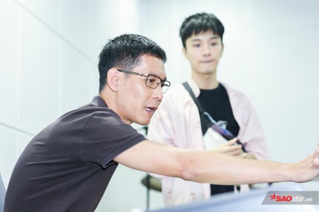 Nhạc sĩ Hoài Sa hướng dẫn, sửa lỗi chi tiết trong bài hát của nhóm.