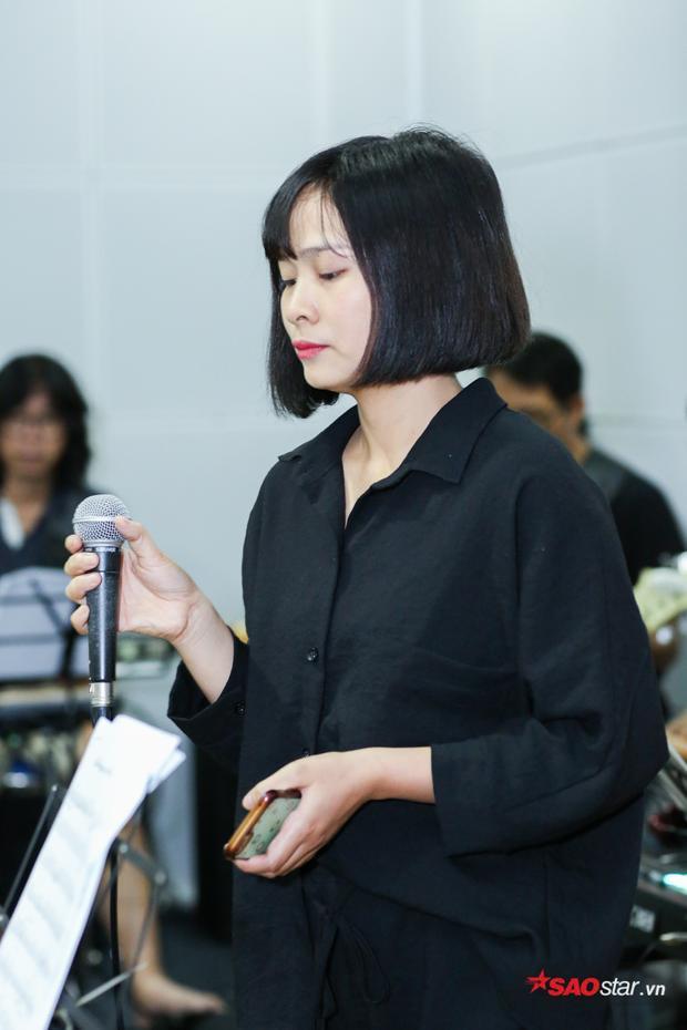 Khánh Ly giữ thái độ bình tĩnh và lắng nghe những góp ý từ nhạc sĩ Hoài Sa.