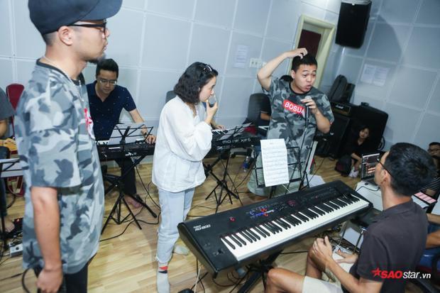 Lộn Xộn Band tiếp tục thể hiện thế mạnh của nhóm, một bài hát nhộn nhịp kết hợp với rap.