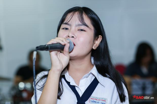 Do chỉ còn 1 tuần và thời gian khá gấp rút, thành viên 16 tuổi của team Giáng Son cố gắng rất nhiều để hoàn thành ca khúc.