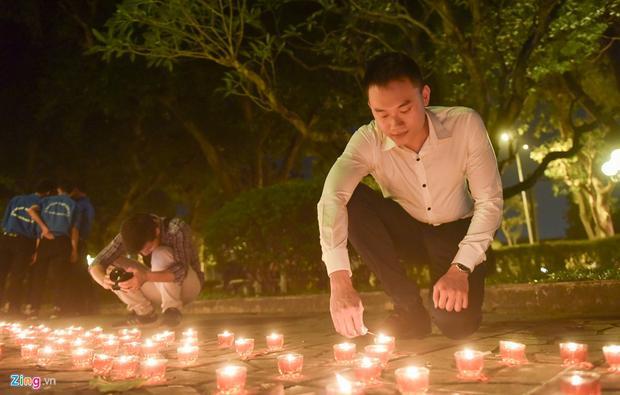 Không chỉ có học sinh, sinh viên trong nước, anh Hà Dương, học viên thạc sĩ Khoa Chính sách công, Đại học Havard, cũng tranh thủ đến thắp nến tri ân.