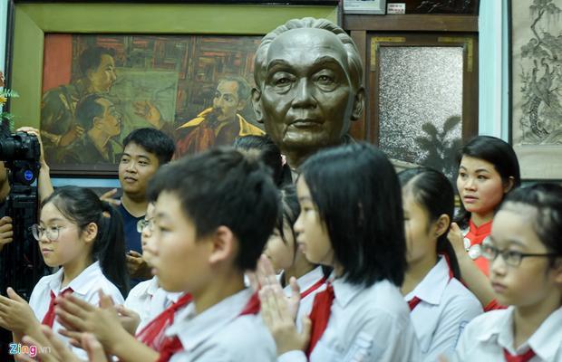 Các bạn học sinh, sinh viên đã vào tham quan phòng làm việc của đại tướng lúc sinh thời.