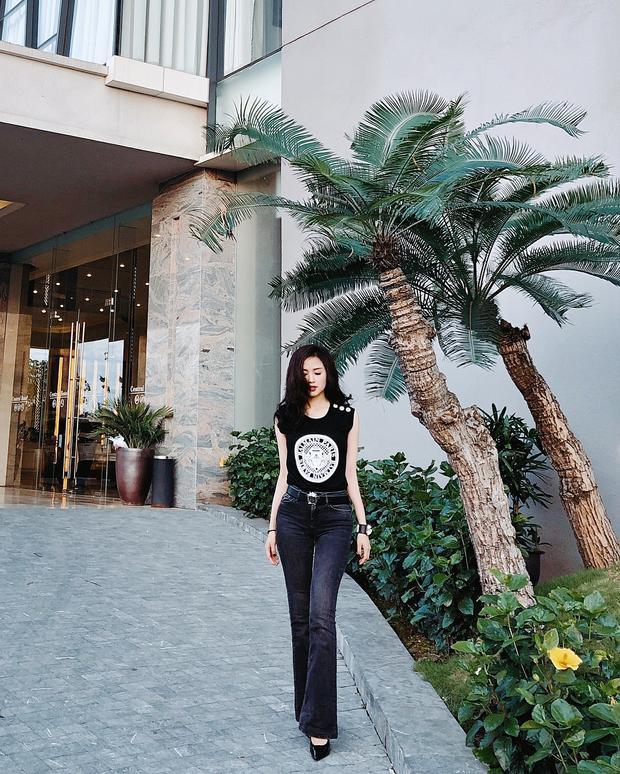 Tâm Tít tôn lên đôi chân thon dài với chiếc quần cạp cao phối với áo thun họa tiết theo cả cây đen.