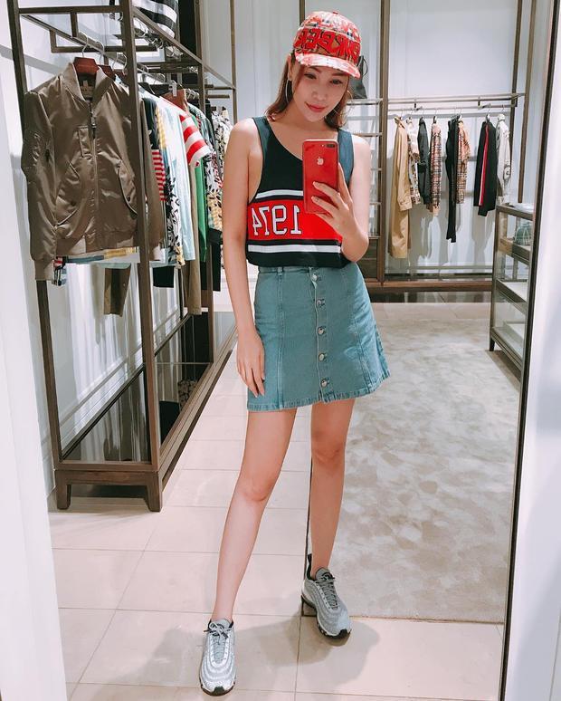 """Người mẫu Quỳnh Thư trông trẻ trung cùng áo cộc tay tông đỏ phối với chân váy jeans. Đặc biệt, không thể không kể đến đôi giày Nike dáng """"ông già"""" cực hot đang """"gây bão""""."""
