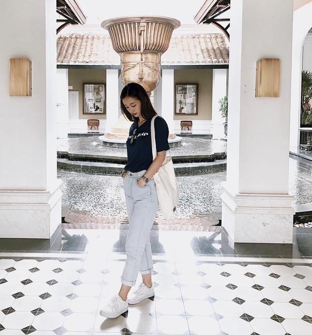 Tuy sở hữu chiều cao khiêm tốn, nhưng Jun Vũ vẫn vô cùng nổi bật khi diện áo thun đơn giản cùng quần jeans xắn lai. Bí quyết của cô nàng là đóng thùng trang phục nhằm khoe vòng eo, tôn lên tỷ lệ cơ thể.