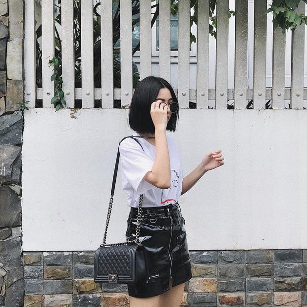 """Chiếc túi Chanel Boy Bag mà Tú Hảo đang mang đã trở thành món phụ kiện tinh tế, làm """"sáng"""" cả set đồ trung tính của người đẹp."""