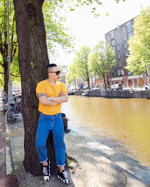 """Cách """"chơi"""" màu tương phản với áo phông vàng và quần jeans xanh là cách để Vũ Khắc Tiệp tự tin, tỏa sáng khi xuống phố ngày hè."""