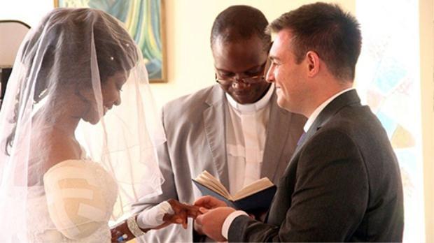 Cặp đôi hạnh phúc trao nhau nhẫn cưới và lời thề nguyện.