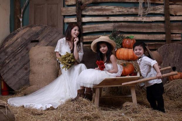 Mặc dù cuộc sống không phải lúc nào cũng bình yên nhưng Ngọc Anh vẫn cảm thấy hài lòng với hiện tại. Cô hạnh phúc bên chồng và 2 thiên thần đáng yêu của mình.
