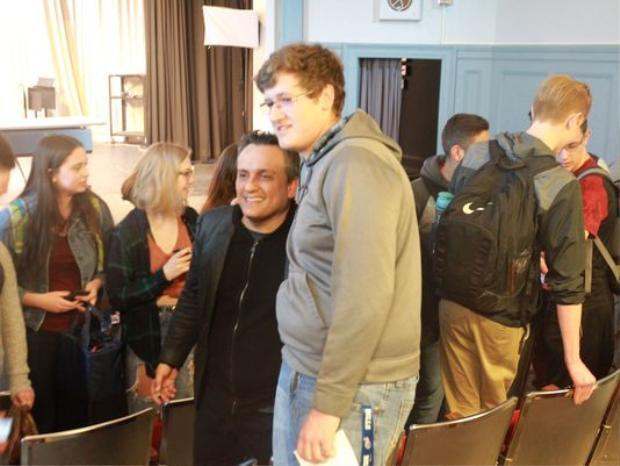 Đạo diễn Joe Russo tại buổi giao lưu với các học sinh Trường Trung học bang Iowa.