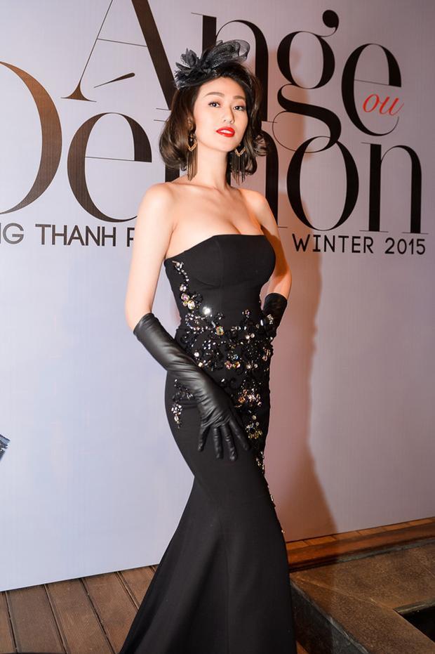 """Tham dự show thời trang, Khánh My chọn phong cách cổ điển. Và lần này cũng không ngoại lệ, cô tự """"dìm"""" mình vì loạt phụ kiện sến súa."""