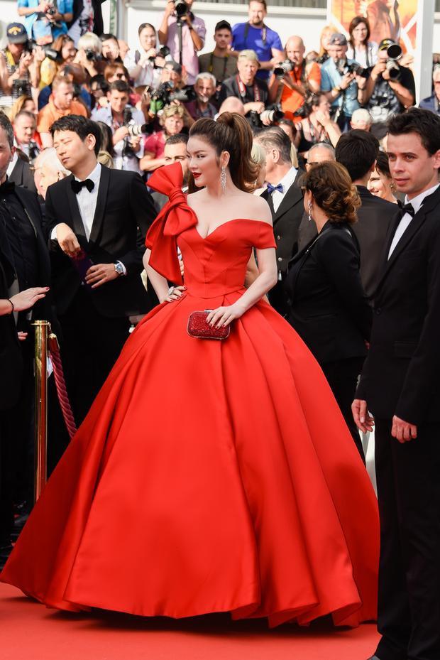 """Sau khi """"làm mưa làm gió"""" ở Cannes 2017với loạt bộ cánh siêu sang, siêu chảnh. Lý Nhã Kỳ một lần nữa làm """"siêu lòng"""" fan hâm mộ"""" tại thảm đỏ Cannes 2018khi hóa thân thành công chúa Cinderella trong bộ đầm đỏ dài sang trọng. Đầm dạ hội của nhà thiết kế Đỗ Long lấy cảm hứng từ hình ảnh Cinderella giúp Lý Nhã Kỳ nổi bật trên nền Red Carpet tựa nàng công chúa bước ra từ truyện cổ tích."""