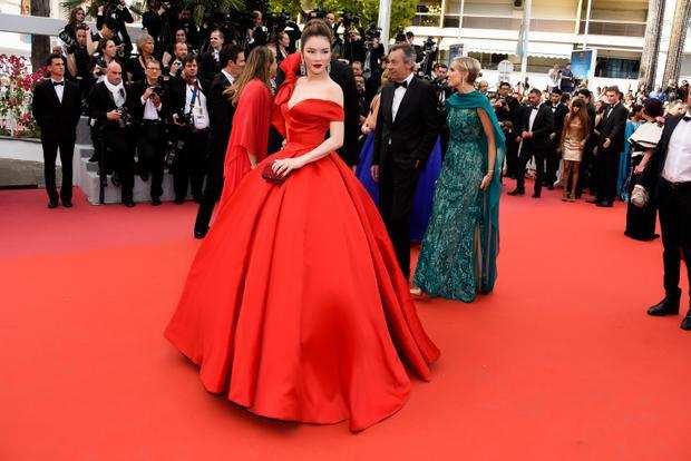 Phần vai trễ được thiết kế đặc biệt giúp chủ nhân khoe bờ vai quyến rũ và gợi cảm một cách khéo léo.Có thể thấy màu đỏ là màu yêu thích của Lý Nhã Kỳ và hiếm ai có thể mặc tông màu nổi bật này một cách hoàn hảo. Trước đó, cô từng thu hút sự chú ý với váy đỏ của Georges Hobeika trên thảm đỏ Cannes và tham dự ra mắt bộ phim Julieta của đạo diễn Pedro Almodovar hồi năm 2016.