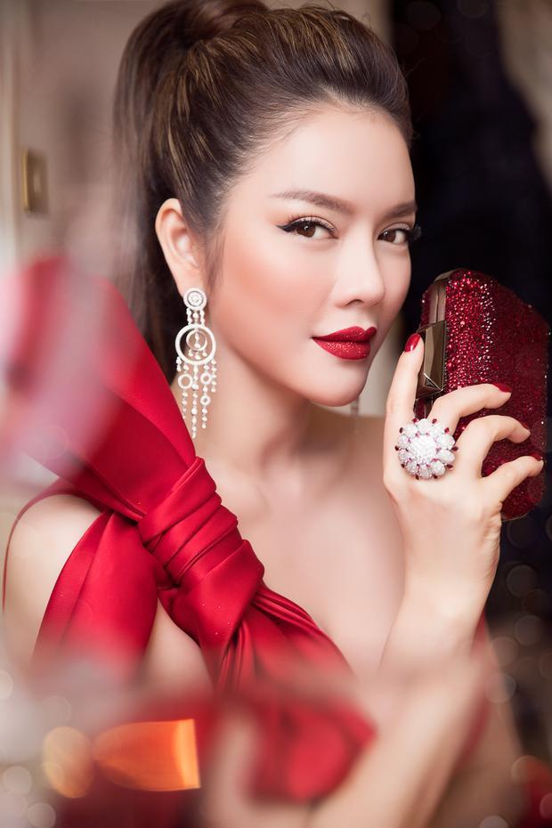 Mỹ nhân họ Lý khéo léo kết hợp với bộtrang sức kim cương càng làm tôn thêm vẻ đẹp quyền quý của nữ diễn viên, làm điểm nhấn đắt giá cho tổng thể.Không cần phụ kiện rườm rà, chỉ với set nhẫn và hoa tai, công chúa Lý Nhã Kỳ đã thật sự để người khác phải ấn tượng
