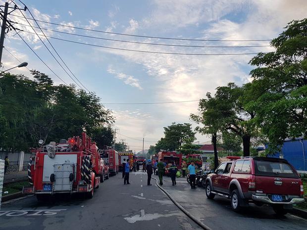 Cơ quan chức năng huy động nhiều xe chữa cháy cùng hàng chục cán bộ chiến sĩ đến hiện trường dập lửa. Ảnh: Lê Trai.