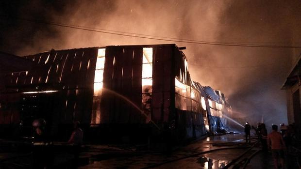 Ngọn lửa bùng phát từ một nhà kho vào lúc 3h sáng 9/5. Ảnh: Lê Trai.