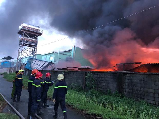 Cảnh sát PCCC, cơ quan chức năng đã huy động nhiều xe chữa cháy đến hiện trường dập lửa.