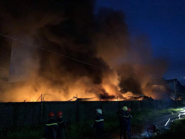 Do khu vực xảy ra cháy chủ yếu là giấy cuộn khiến ngọn lửa lan nhanh bao trùm toàn bộ công ty.