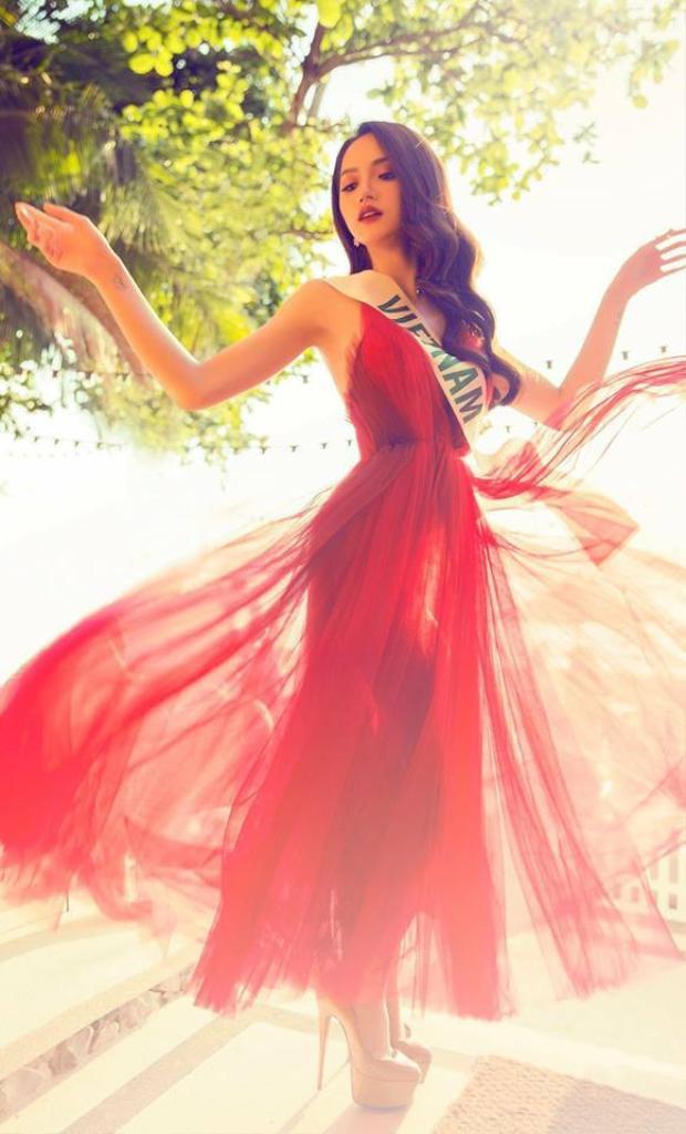 Cách tạo dáng hất váy này được Hương Giang áp dụng từ khi tham gia Miss International Queen 2018.