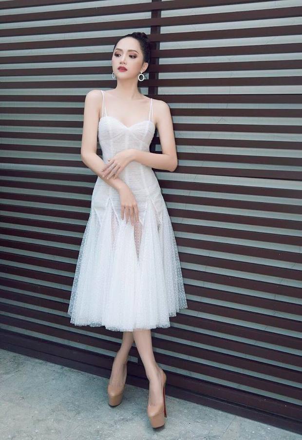 Với 3 cách tạo dáng của Hương Giang: hất váy, bắt chéo chân và nghiêng đầu nhẹ, bạn thích cái nào hơn?