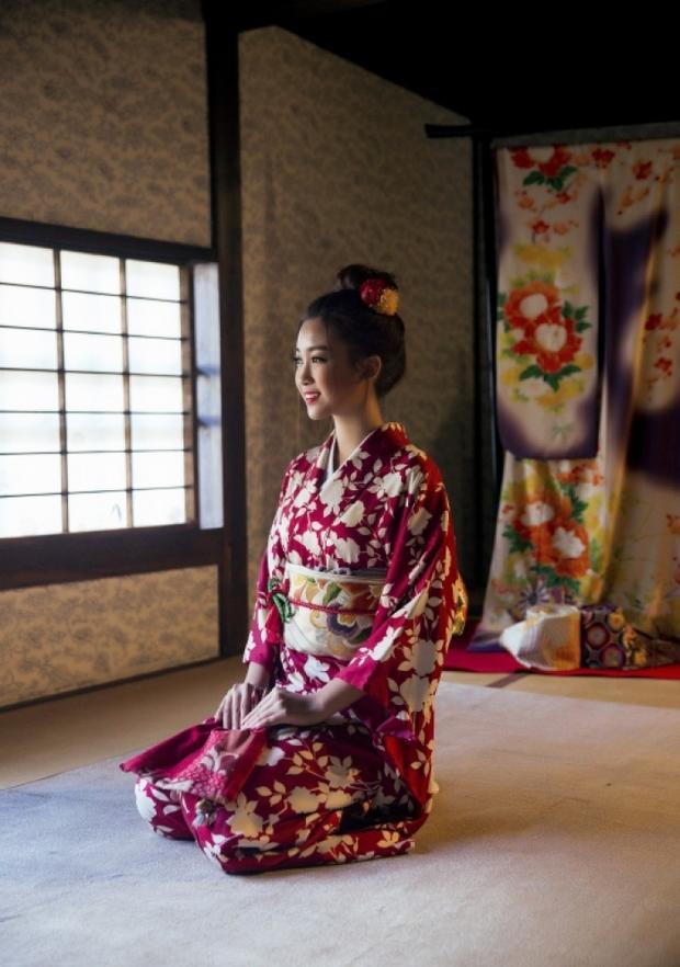 Những bức hình được thực hiện khi người đẹp sinh năm 1996 có dịp tham quan ở khu phố cổ Dejima, Nagasaki, Nhật Bản.