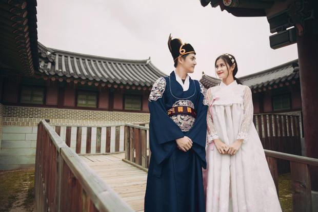 """Khoảnh khắc quá đỗi """"tình"""" của cặp đôi khi diện trang phục truyền thống của xứ sở kim chi."""