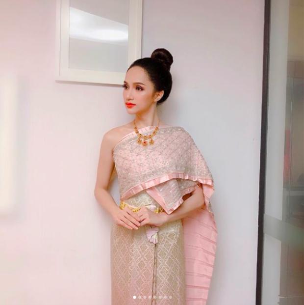 """Nhan sắc rạng rỡ và góc nghiêng """"thần thánh"""" giúp Hương Giang ghi điểm khi diện trang phục truyền thống xứ sở chùa vàng."""