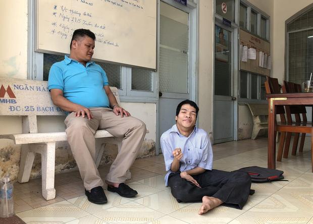 Anh Sơn bồng Tùng tới tòa lúc 13h, dù hơn 14h mới bắt đầu nghe tuyên án - Ảnh: K.NAM.