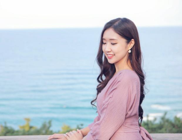 Jin Ju sinh năm 1994, cô chia sẻ từng sống ở Việt Nam 9 tháng và học tiếng Việt được 4 năm. Thời điểm sang Việt Nam tham dự Hidden Singer, Jin Ju đang làsinh viên năm thứ 4 khoa tiếng Việt thuộc ĐH Ngoại ngữ Hàn Quốc.