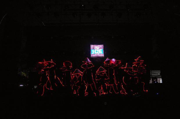 Khán giả mãn nhãn với màn trình diễn mở màn của nhóm nhảy LED Dance.