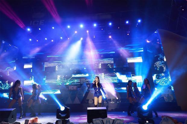 Một trong những tên tuổi nghệ sĩ được khán giả mong chờ nhiều nhất trong đêm nhạc là Hương Tràm. Cô khiến khán giả say đắm với giọng ca đầy nội lực qua các ca khúc Giữ em đi, Ngốc Remix, Em gái mưa.