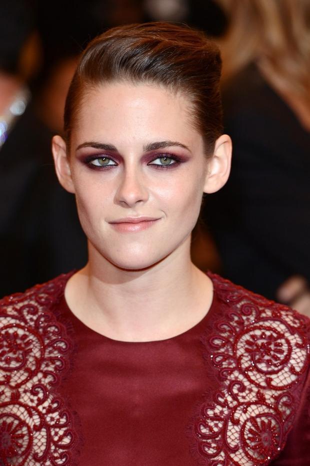 """Tại Met Gala 2013 với chủ đề Punk, nữ diễn viên Kristen Stewart đã mang đến kiểu makeup nổi loạn đúng nghĩa với đôi mắt màu đỏ rượu burgundy hết sức ăn ý với thiết kế Stella McCartney mà cô mặc. Kristen cũng là một trong những ngôi sao tiên phong mở lối cho việc ứng dụng màu burgundy vào trang điểm mắt, vốn là một trong những màu mắt hết sức """"khó nhằn""""."""