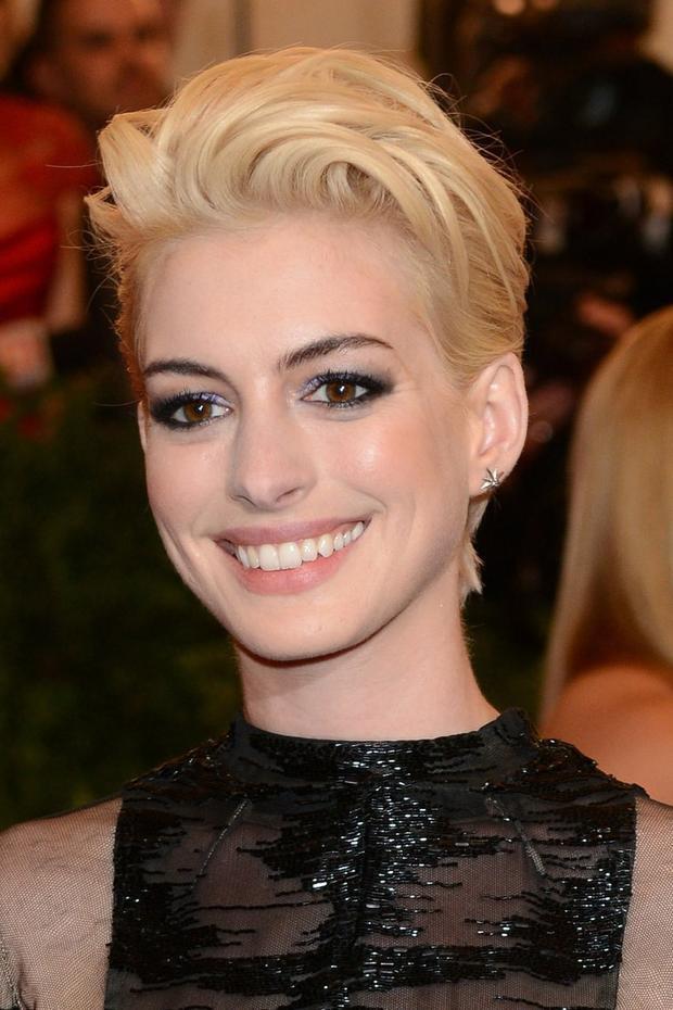 Nữ diễn viên Anne Hathaway tham dự Met Gala 2013 với diện mạo không thể Punk hơn: tóc pixie chải dựng, mắt khói u ám mê hoặc. Cùng với Kristen Stewart, cô là khách mời trang điểm chuẩn chủ đề nhất sự kiện năm đó.