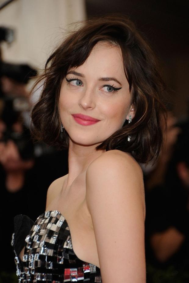 Tại Met Gala 2015 với chủ đề Trung Hoa, nữ diễn viên Dakota Johnson đã có lựa chọn họa mặt không thể chuẩn hơn: eyeliner mắt mèo cong vút, sắc sảo, ấn tượng hơn bất cứ kiểu eyeliner nào bạn từng bắt gặp.