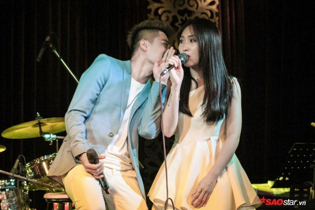 Trong suốt buổi giao lưu, cặp đôi liên tục thể hiện những cử chỉ thân mật dành cho nhau khiến fan thích thú.