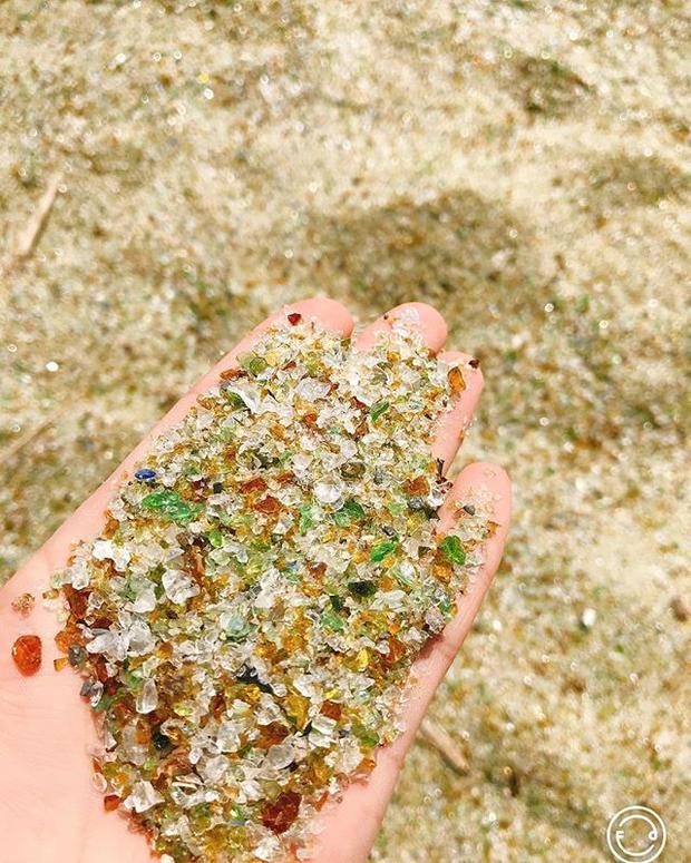 Những hạt cát trên bờ biển thực ra là những mảnh thủy tinh nhỏ li ti.