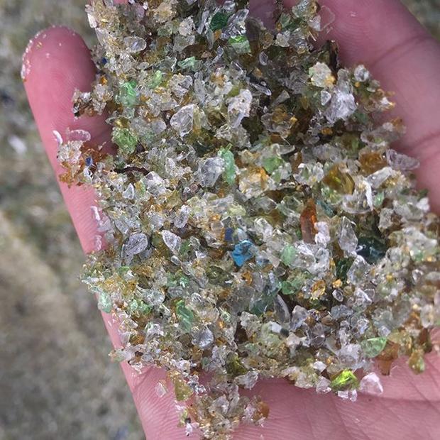 """Những hạt """"cát"""" lấp lánh trên bờ biển."""